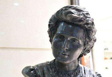 居里夫人雕塑
