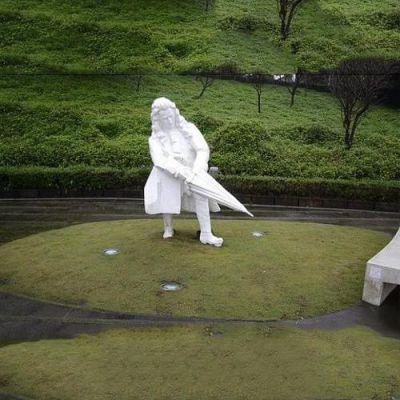 汉白玉牛顿石雕像