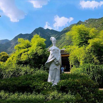 王昭君立像石雕塑