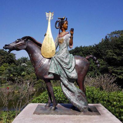 王昭君出塞铜雕像