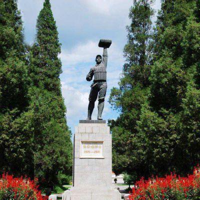 战斗英雄董存瑞雕塑