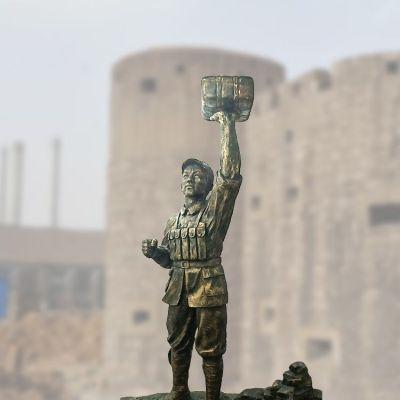 董存瑞炸碉堡雕塑
