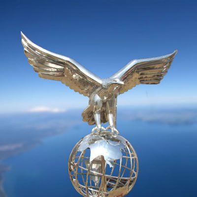 脚踏地球老鹰不锈钢雕塑