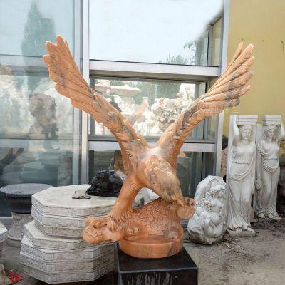 晚霞红老鹰石雕塑