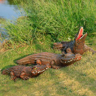 褐色仿真鳄鱼雕塑