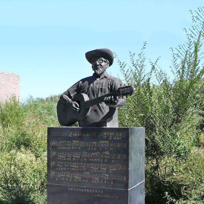 弹吉他的王洛宾半身像雕塑