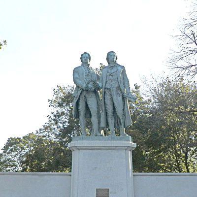 歌德与席勒石雕塑像