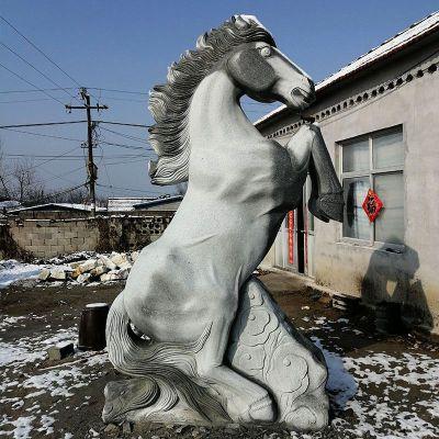人立而起的马儿石雕