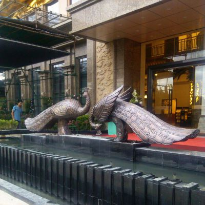 宾馆门口铜雕孔雀
